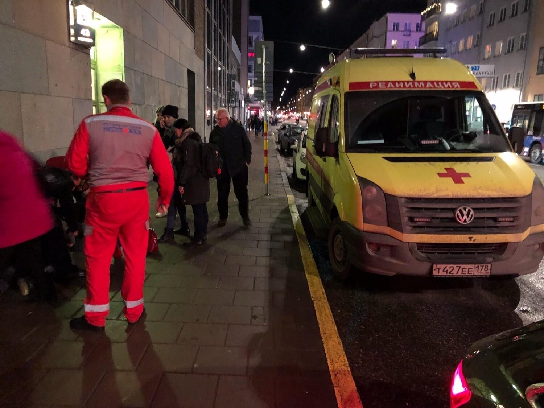 «Наши медики оказали помощь до приезда коллег из Швеции»: скорая из Петербурга помогла прохожему в Стокгольме