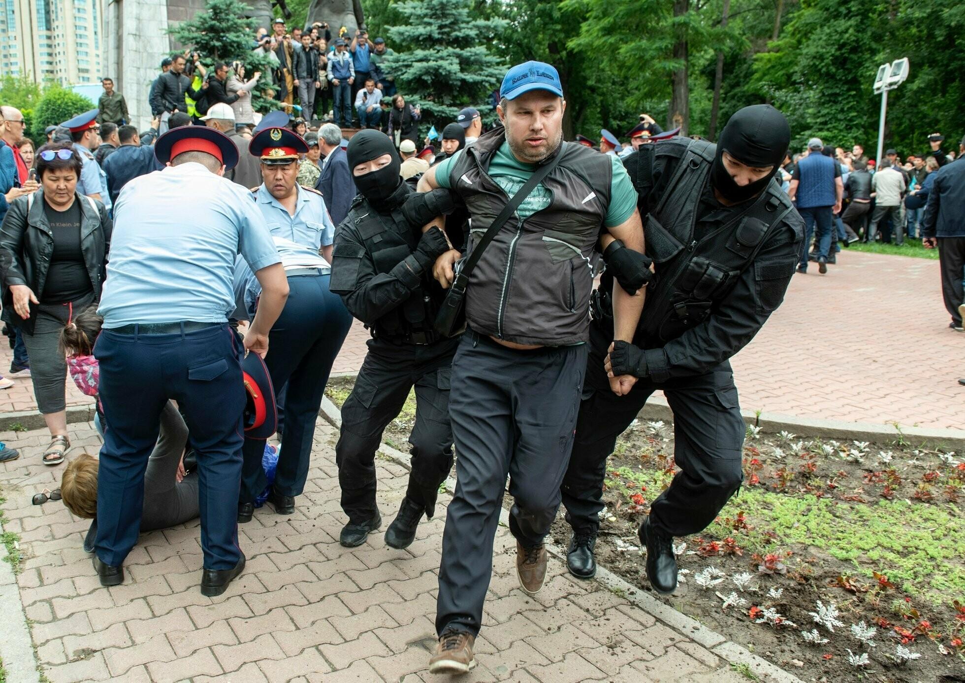 решил научиться что происходит на площадях казахстана фото попадании тело