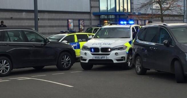 В Британии мужчина взял заложников в боулинге