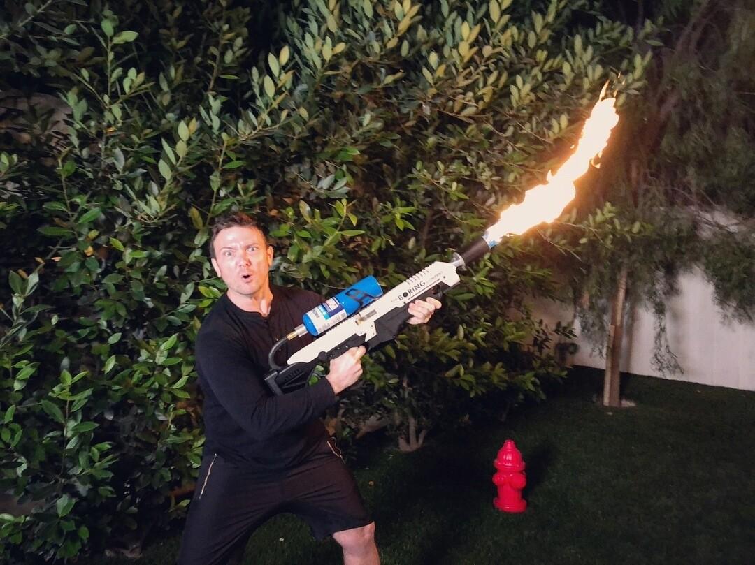Первые покупатели получили огнемёты от Илона Маска. И уже используют их не по назначению