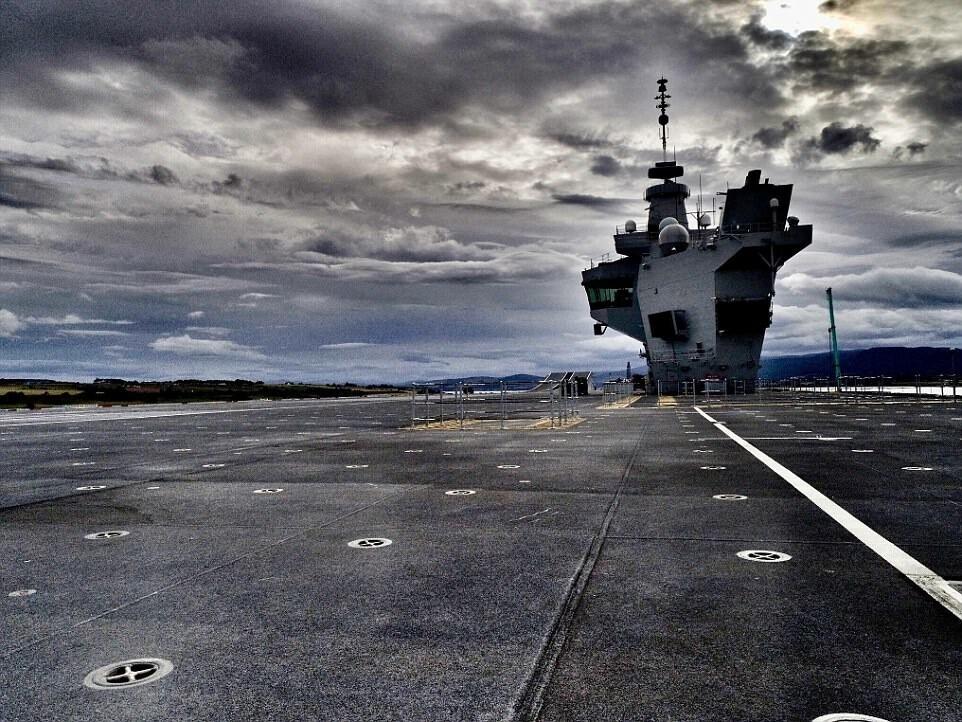 Фотограф случайно посадил дрон на самый большой корабль британского флота