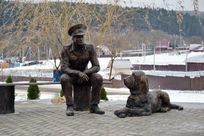 Памятник лейтенанту Кравцову и Цезарю в Калужской области, поставленный в 2016 году. Средства собрали сами жители