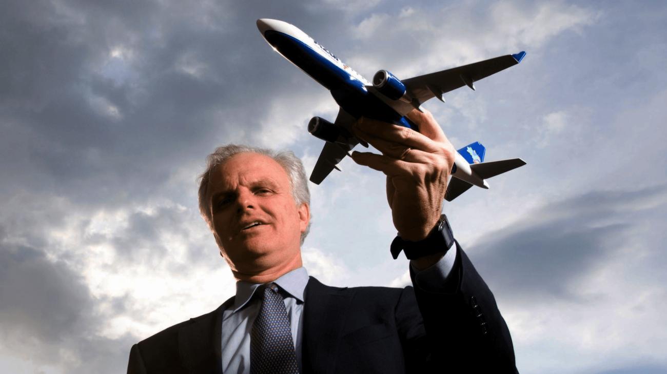 Придумал ТВ на спинках кресел и электронные системы бронирования: это «главный новатор авиарынка» Дэвид Нилеман