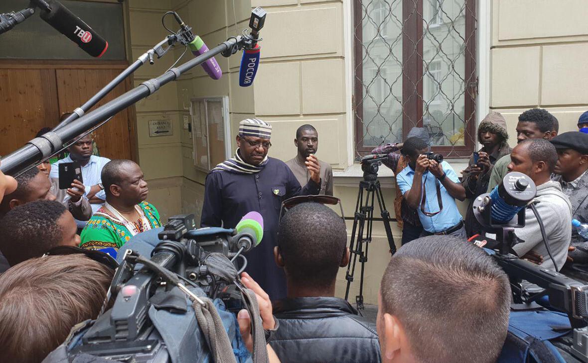 РБК: мошенники обманули несколько сотен нигерийцев, пообещав им работу в России по паспорту болельщика