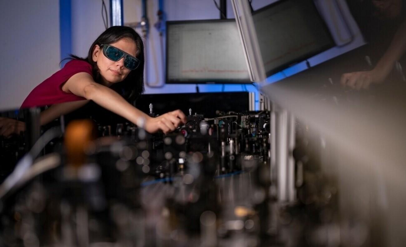 В Австралии разработали сверхтонкую плёнку, которая превращает очки в прибор ночного видения