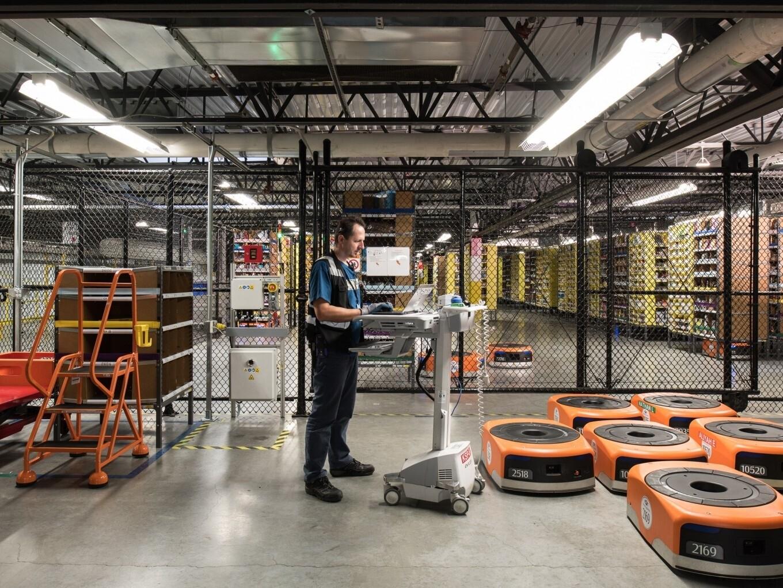 Bloomberg: Amazon начала заменять менеджеров на роботов
