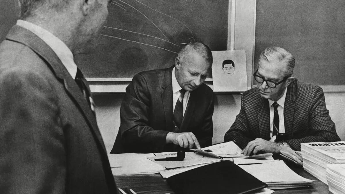 Полицейские в октябре 1969 года пытаются определить личность Зодиака