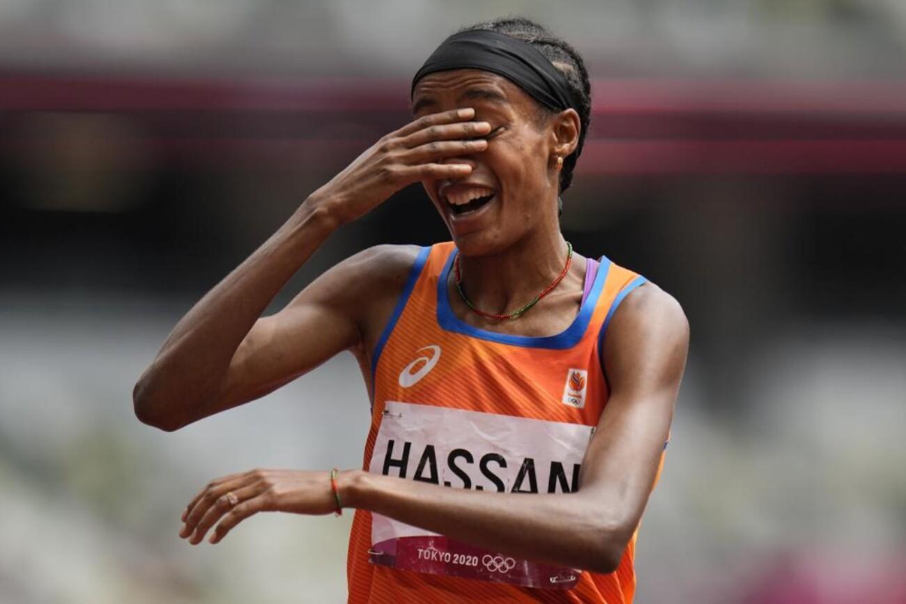 Легкоатлетка из Нидерландов упала в полуфинальном забеге на 1500 метров, но после смогла выиграть