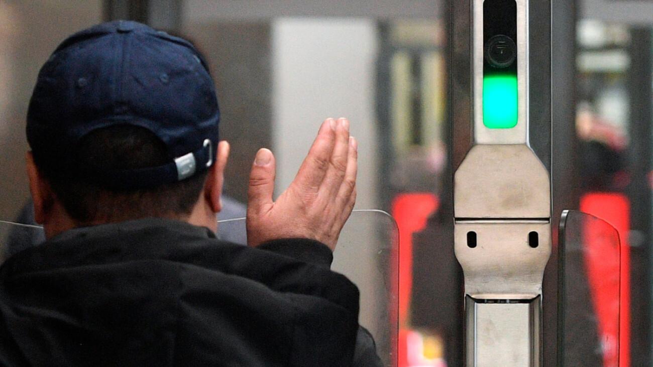 В Мосметро заработала оплата проезда «лицом». Стоит опасаться? Данные могут передать силовикам? Отвечают специалисты