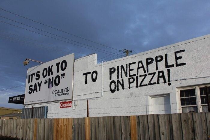 В Австралии пиццерия переделала протестный билборд против однополых браков в билборд против ананасов в пицце