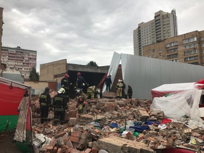 В Балашихе на посетителей рынка рухнула стена