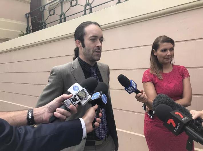 Суд оштрафовал австралийца с чипом-проездным в руке за безбилетный проезд