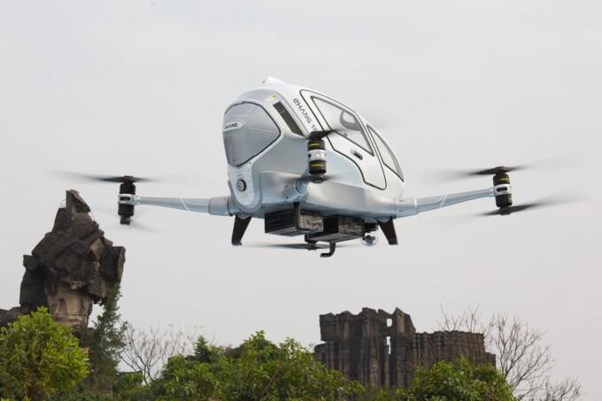 В Китае испытали летающий дрон-такси с пилотом внутри (2 фото + 2 видео)