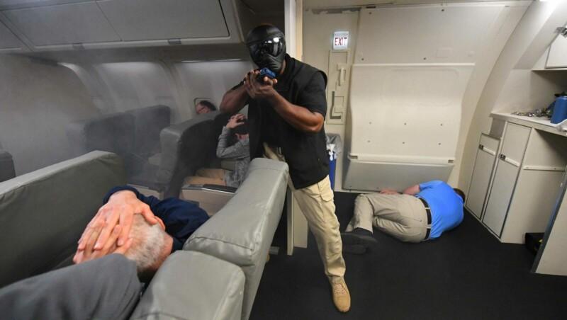 Сотрудник американской службы безопасности на учениях по обезвреживанию террористов в самолётеФото USAT