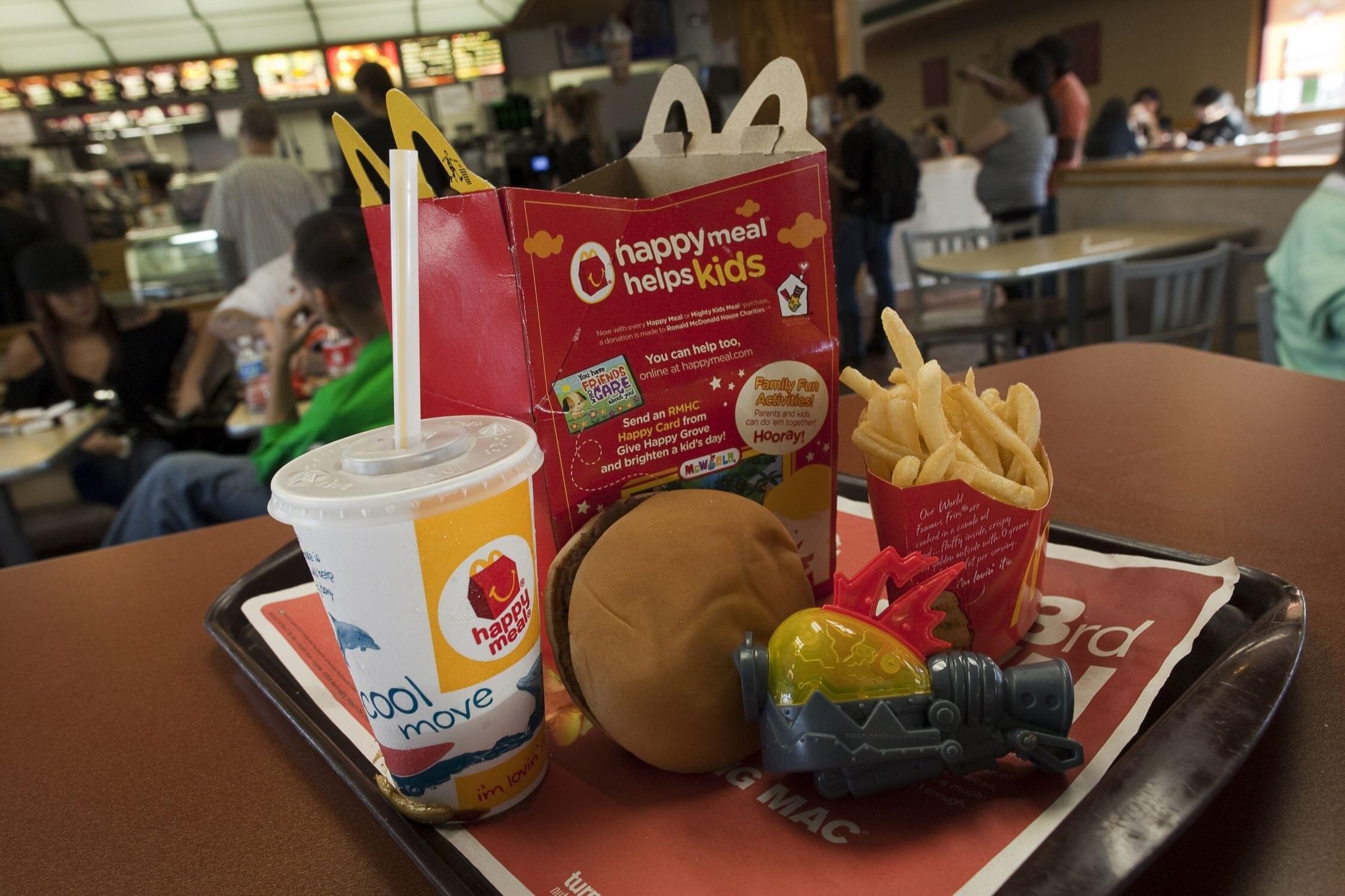 «Макдоналдс» убрал из «Хэппи-мила» чизбургеры и шоколадное молоко, потому что они недостаточно диетичные