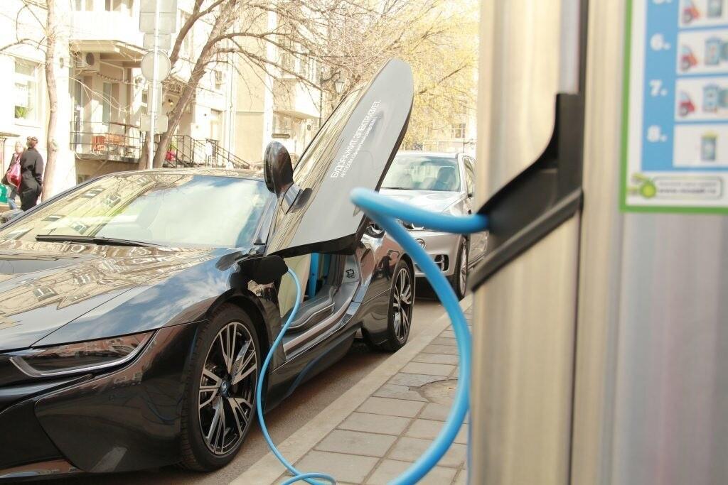 Правительство России разрешило заряжать электромобили в помещениях