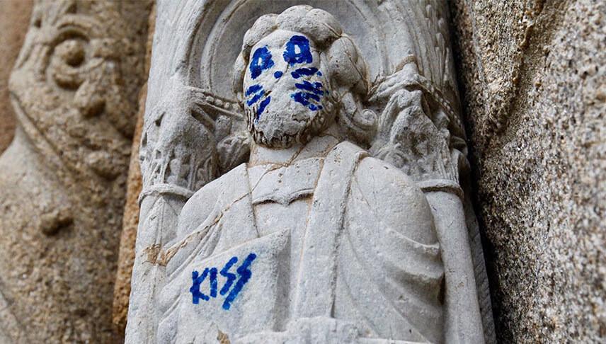 В Испании неизвестный нарисовал на статуе 12-го века кошачью морду и оставил подпись в честь группы Kiss