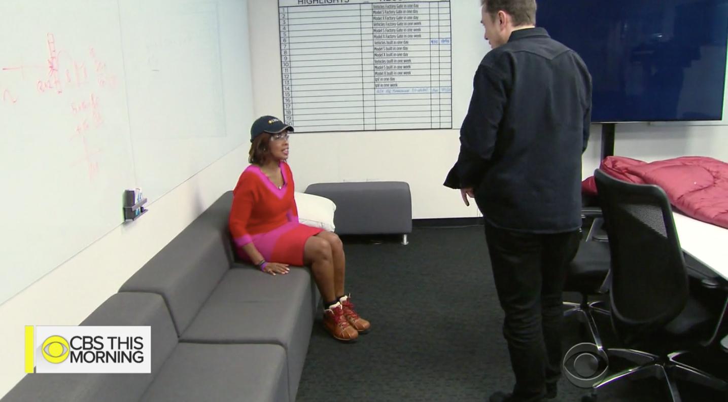 Поклонники Илона Маска увидели неудобный диван в офисе миллиардера и собрали ему денег на новый