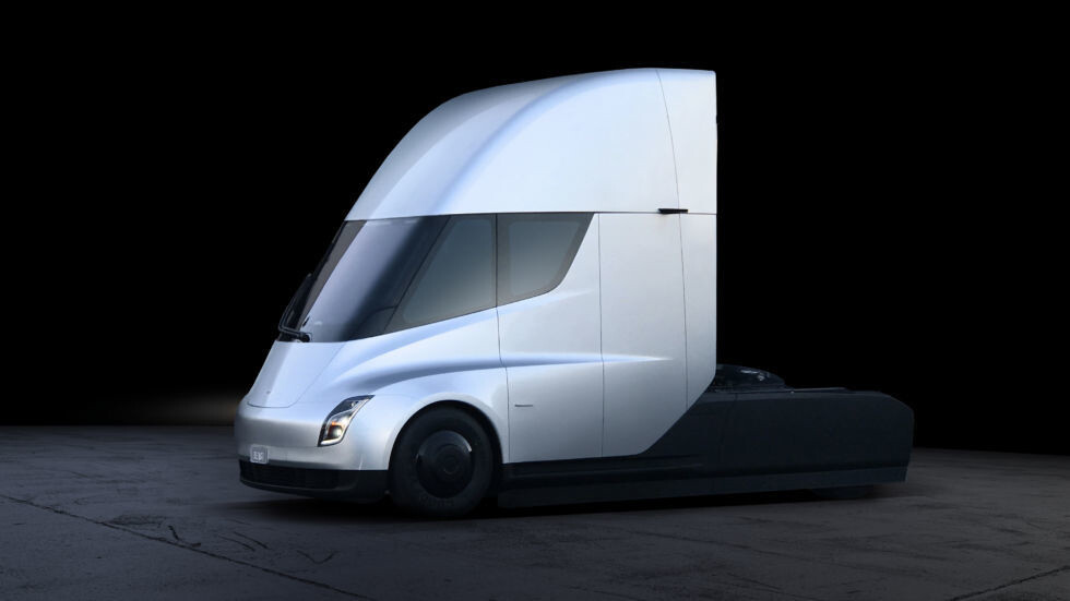 Tesla представила электрогрузовик Semi и обновлённую версию спорткара Roadster