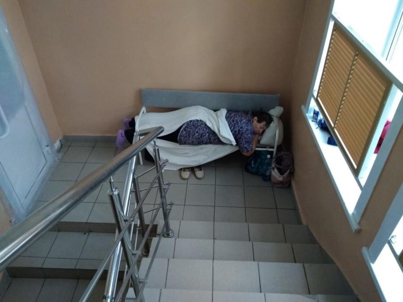 В новосибирской больнице пациентов с Covid-19 разместили на лестничных клетках. Минздрав объяснил это дефицитом мест