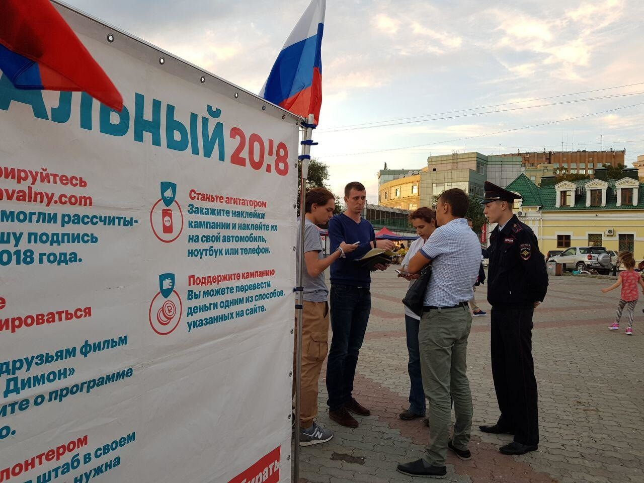 Во Владивостоке полиция сняла баннер с агитационного куба Навального из-за «химического запаха»